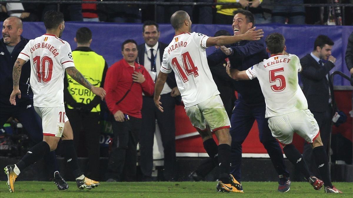 Los jugadores del Sevilla corren a abrazarse a Berizzo tras el empate (3-3) con el Liverpool, el martes por la noche.