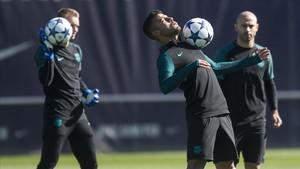 Rafinha, Mascherano y Cillessen, en un entrenamiento del Barcelona.