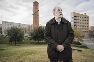 Jordi Fossas, delante de la torre de las Aigües, en el Poblenou.