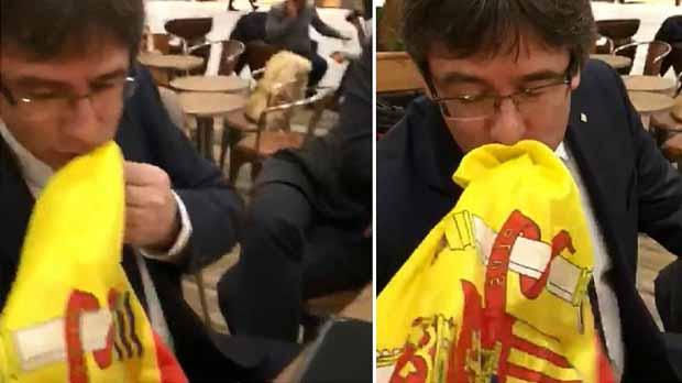 Un jove fa besar la bandera dEspanya a Puigdemont