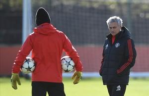 José Mourinho, durante el entrenamiento del United antes de viajar a Sevilla