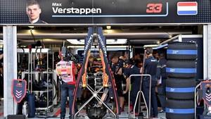 Los mecánicos trabajaron intensamente en el monoplaza de Verstappen
