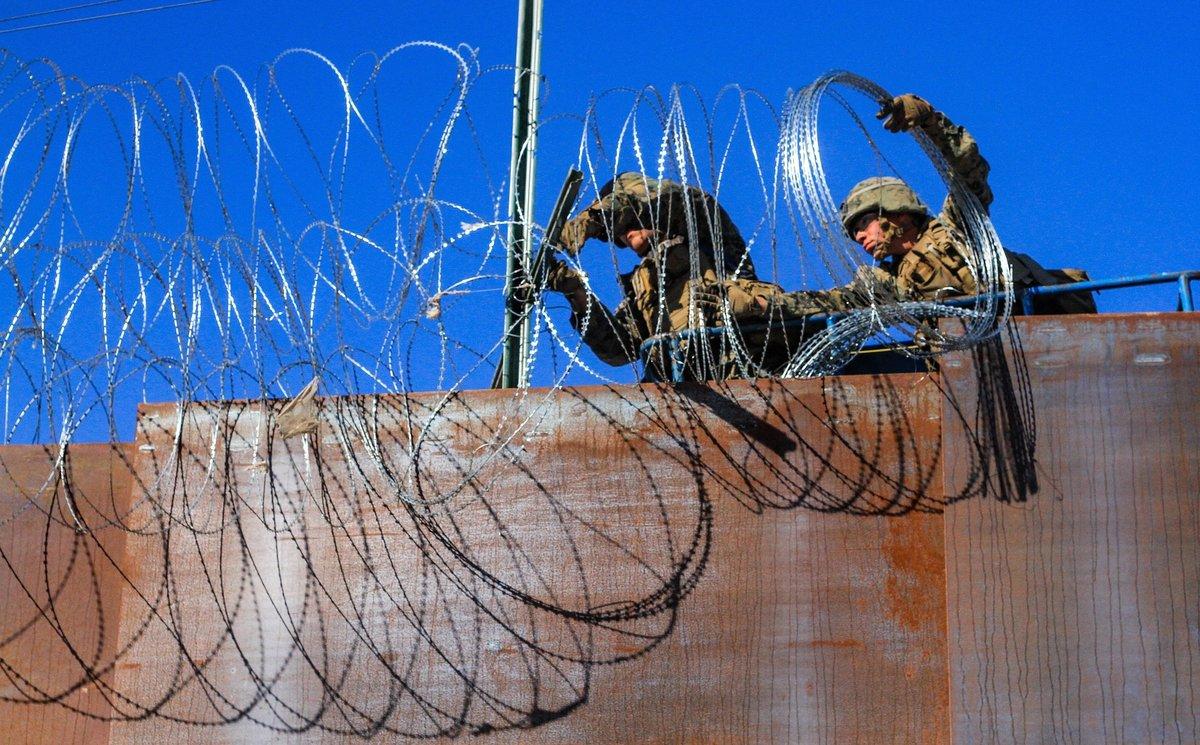 TIJUANA MEXICO- Militares estadounidenses instalan alambradas de puasvistos desde la colonia Libertaden TijuanaMexico.EFE Joebeth Terriquez