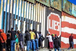 Migrantes de la primera caravana que salio desde honduras y recorrio el territorio mexicano comienzan a congregarse en la valla fronteriza de TijuanaMexico.EFE Joebeth Terriquez