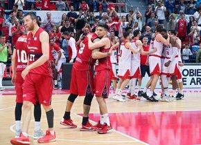 Los jugadores del Baxi Manresa, al fondo, celebran la clasificación para los play off.
