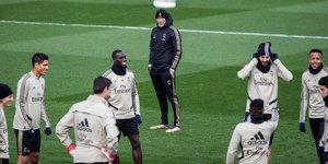 El entrenador del Madrid Zinedine Zidane observa el trabajo de sus jugadores durante el entrenamiento.