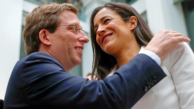 El PP forma el govern de Madrid sense revelar què entregarà a Vox