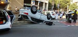 Un cotxe bolca després d'una col·lisió a l'Eixample de Barcelona