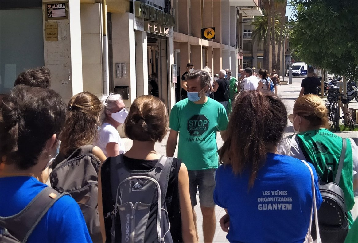 Activistas de la PAH frenan un desahucio en el barrio de La Torrassa de L'Hospitalet de Llobregat.