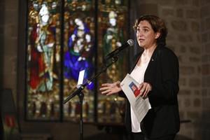 Ada Colau, en una comparecenciaante la prensa en la sala gótica del Ayuntamiento de Barcelona.
