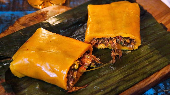 Adnaloy Osío, del restaurant Caña de Azúcar t'ensenya a fer l'hallaca.