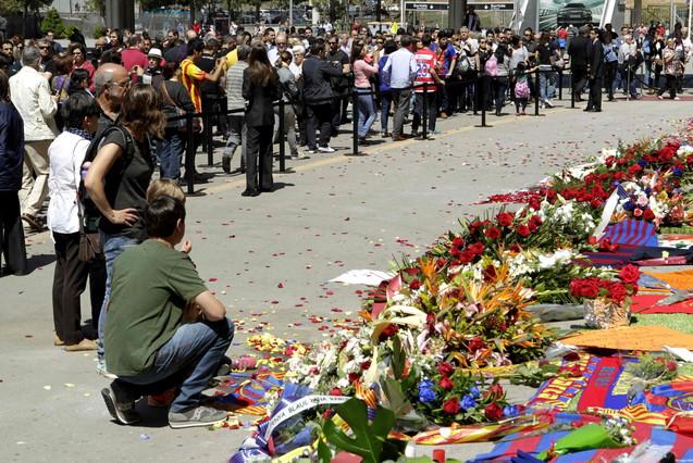 Aficionados barcelonistas continuan visitando el Camp Nou donde se rinde homenaje al exentrenador del FC Barcelona, Tito Vilanova.
