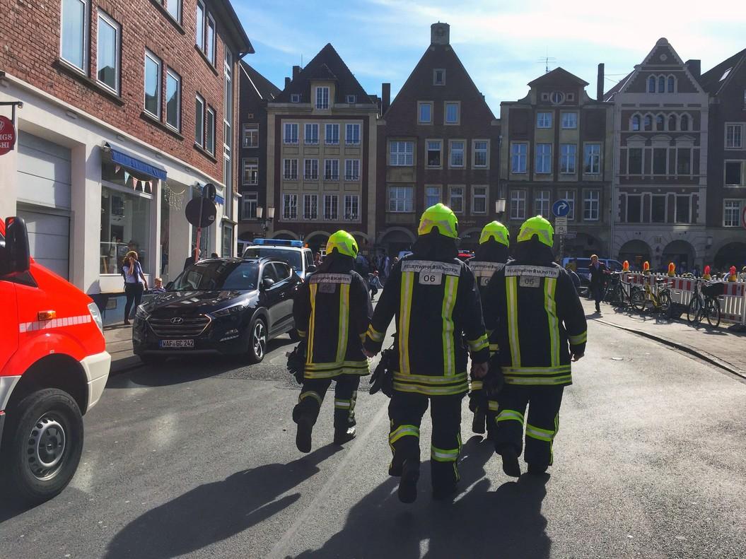 Bomberos y policías acuden al lugar del atroplleo en Münster.