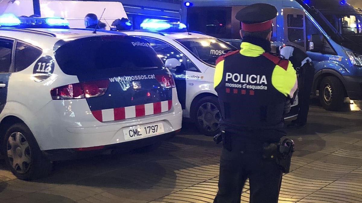 Un agente de los Mossos d'Esquadra, en Barcelona.
