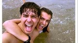 Alfred García y Amaia Romero se divierten en la playa.