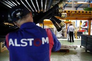 Un operario en instalaciones de Alstom en Santa Perpètua de Mogoda.