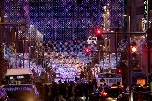 GRAF6357. MADRID, 25/11/2018.- Las calles de Madrid respiran desde el pasado 23 de noviembre, un ambiente más navideño al encontrarse engalanadas con las luces de Navidad. En la imagen, iluminacón de la Gran Vía de la capital. EFE/Kiko Huesca