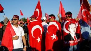Seguidores de Erdogan concentrados para conmemorar el fallido golpe de Estado de hace dos años.