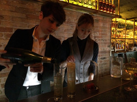 Las bartenders de Antigua Compañía de las Indias, Adriana Chía y Anna Vilanova, en acción.