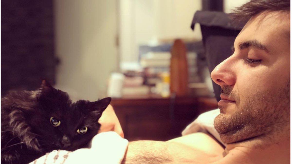 Nick Antosca, con su gato, en unautorretrato que tiene en su cuenta de Instagram.