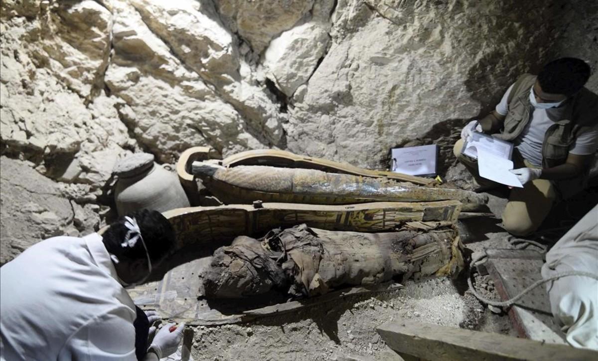 Arqueólogos trabajando en la tumba de un alcalde faraónico,descubierta en Dra Abu al Naga, en Luxor.