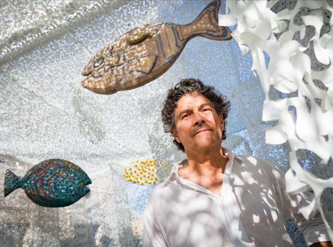 Jordi Gispert Pi posa en el Nuskito Art Space, el espacio que ha creado en La Roca Village.