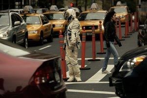 MIA10 NUEVA YORK (NY, EEUU), 3/11/2009.- La artista barcelonesa Alicia Framis recorrerá desde hoy, 3 de noviembre de 2009, las calles de Nueva York (EE.UU.) vestida de astronauta para reivindicar la ausencia de la mujer en la Luna con su nuevo trabajo, Lost Astronaut, pieza central de la tercera Bienal de Performances y Artes Visuales de esta ciudad. Me sorprende ver que, en pleno siglo XXI, todavía no se haya enviado a ninguna mujer al espacio y con este trabajo pretendo reflexionar sobre el papel de la mujer en el mundo contemporáneo y la habitabilidad lunar, dijo Framis. Ataviada con un traje espacial ruso de 1973, Framis seguirá durante quince días las indicaciones que le han escrito autores destacados como la yugoslava precursora del arte performance, Marina Abramovic, el estadounidense Matthew Licht o la española Silvia Prada. EFE/NACHO ALEGRE/USO EDITORIAL SOLAMENTE/NO VENTAS