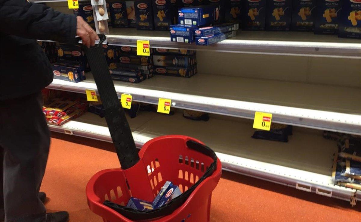 Un supermercado en Milán agotando las existencias este domingo