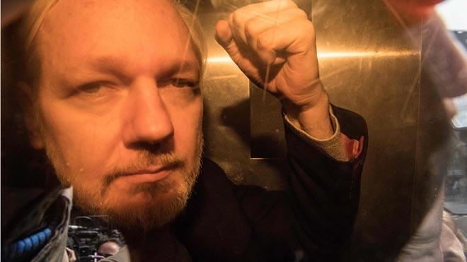 Assange, condenado a casi un año de cárcel por violar la libertad condicional.