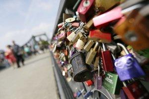 Se atribuye a Moccia la costumbre de que los enamorados dejen candados en los puentes.