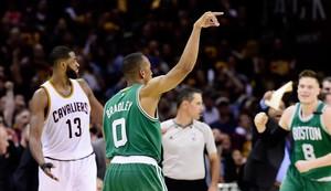 Avery Bradley anota el triple de la victoria para los Celtics ante Cleveland.