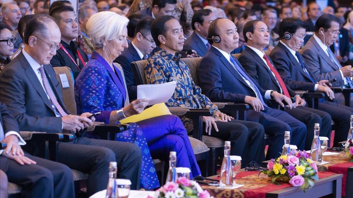 La directora ejecutiva del FMI, Christine Lagarde, con el presidente de Indonesia, Joko Widodo, durante las sesiones del Fondo en Bali,