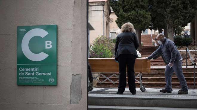 Barcelona registra 382 muertes por coronavirus, 91 de ellas en residencias. En la foto, un entierro de una víctima de la enfermedad en el cementerio de Sant Gervasi de Barcelona.