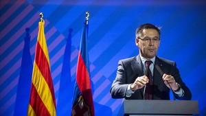 Bartomeu se dirige a los compromisarios en la asamblea del Barça en el Palau Blaugrana.
