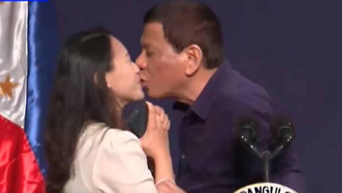 Critican a Duterte por besar a mujer en un acto público