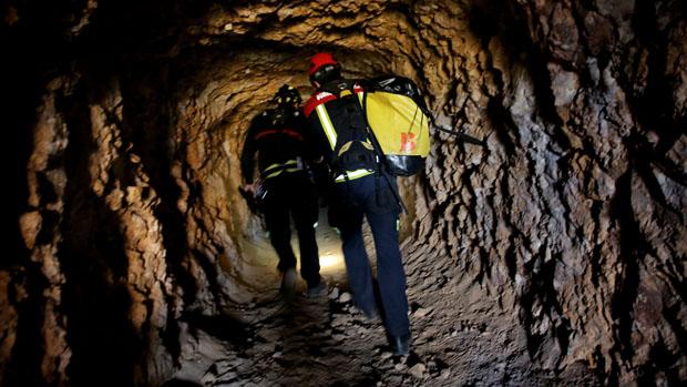 Los bomberos han recorrido las galerías de la antigua de mina de Rodalquilar en búsqueda de Gabriel Cruz.