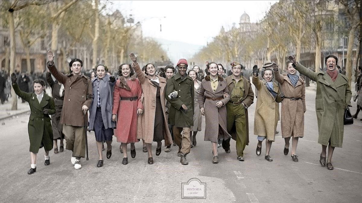 Soldados de Yagüe celebran la caída de Barcelona por el paseo de Gràcia, el 27 de enero de 1939, en compañía de varias barcelonesas.