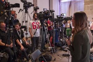 Cámaras de televisión preparando la conexión la noche de las elecciones generales.
