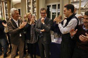 Josep Jordi Cambra recibe una ovación después de ganar las elecciones.