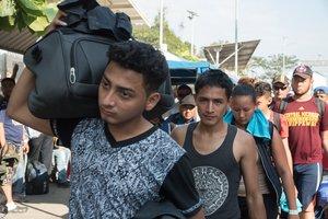 Tras su entrada, los migrantes tomaron rumbo hacia la ciudad de Tapachula, escoltados por miembros de Protección Civil y algunos efectivos de la policía estatal.