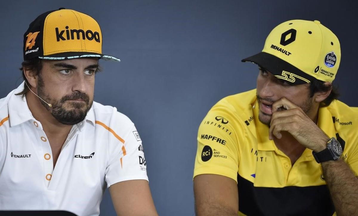 Carlos Sainz, a la derecha, observa a Fernando Alonso, en la conferencia de prensa de hoy en Spa (Bélgica).