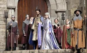 Aitor Luna y Silvia Abascal, en el rodaje de La catedral del Mar, en Barcelona