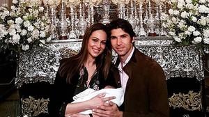 Eva González y Cayetano Rivera posan con su hijo Cayetano en la 'madrugá' de Sevilla, el pasado Jueves Santo.