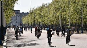 Ciclistas en los alrededores del palacio de Buckingham, este domingo.