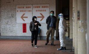Ciudadanos protegidos con máscaras por riesgo al coronavirus en Hong Kong.