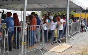 Ciudadanos de Venezuela esperan entrar en Brasil.