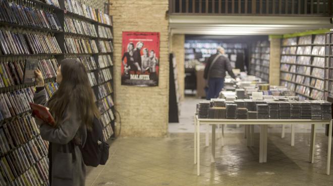 Un videoclub 'dona' 15.000 películas de culto a Ciutat Vella