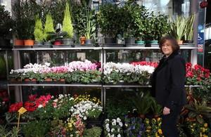 Claudia Casanova, ante la tienda de Flores Navarro en el mercadode la Concepció.