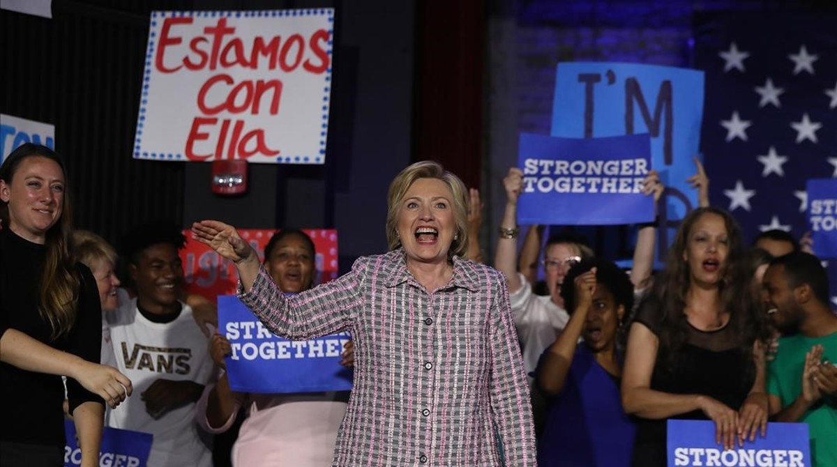 Clinton felicita a sus seguidores en un evento demócrata en Charlotte (Carolina del Norte), el 25 de julio.