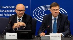El comisario europeo de Asuntos Económicos, Pierre Moscovici (izquierda), y el vicepresidente del Ejecutivo comunitario para el euro, Valdis Dombrovskis, durante una rueda de prensa en el Parlamento de Estrasburgo.